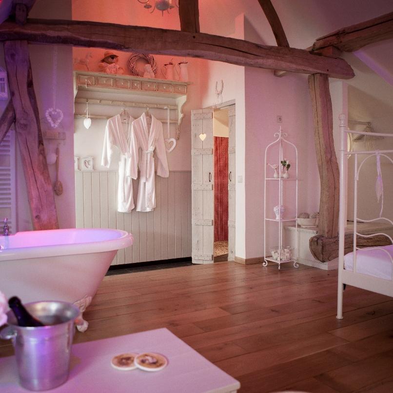 Droomkamer met bad op pootjes en een hemelbed