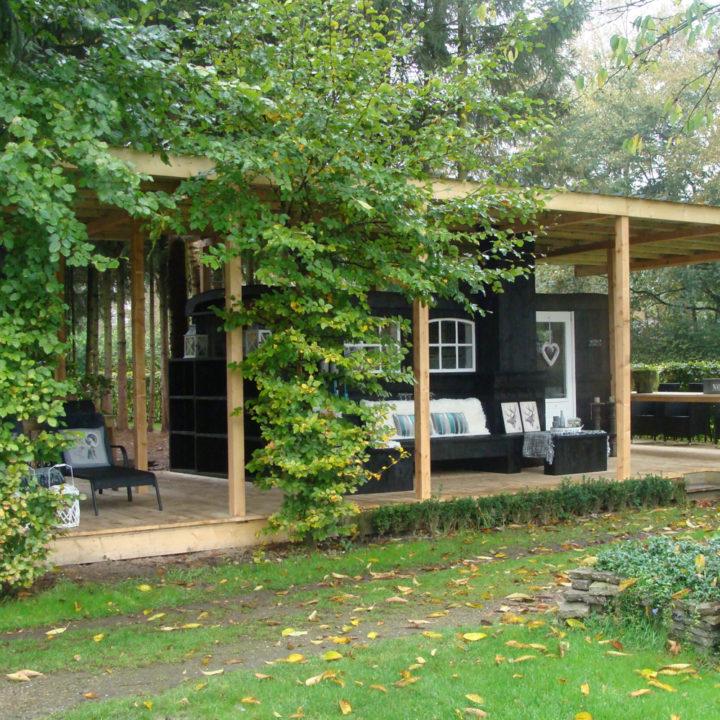 Verscholen in het groen, met een fijne veranda.