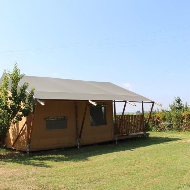 Alles is in de tent aanwezig voor een luxe kampeervakantie.