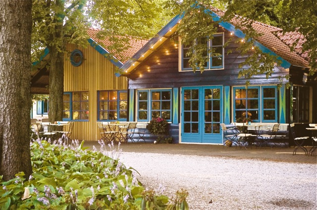 Het Theehuis is een origineel houten pand uit 1921. Die karakteristieke uitstraling heeft het nog altijd.