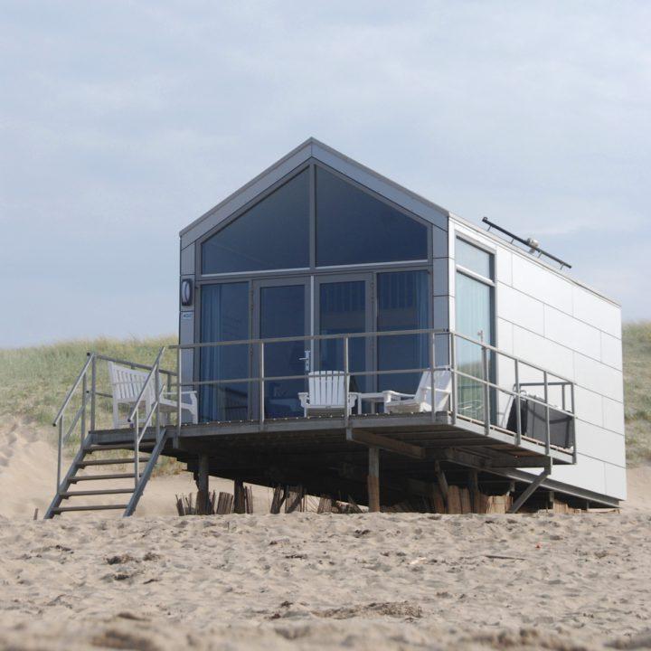 Een strandhuisje in Julianadorp, op het strand aan de rand van de duinen.