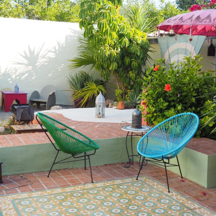 Gekleurde stoeltjes in een binnentuin bij de B&B