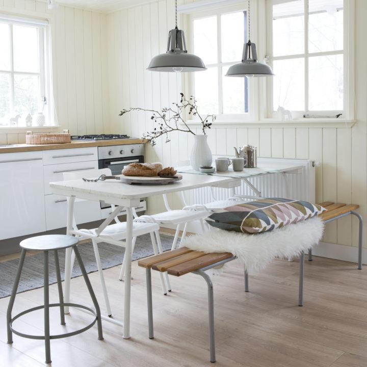 De keuken van Boshuis Nij Hildenberg met houten tafel, krukjes en een bankje.