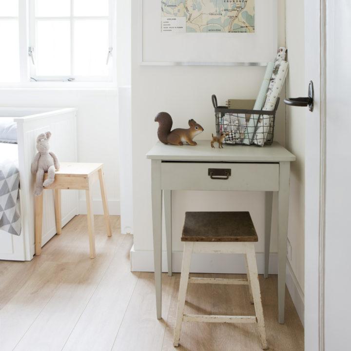 Een houten bureautje met krukje ervoor in Boshuis Nij Hildenberg.