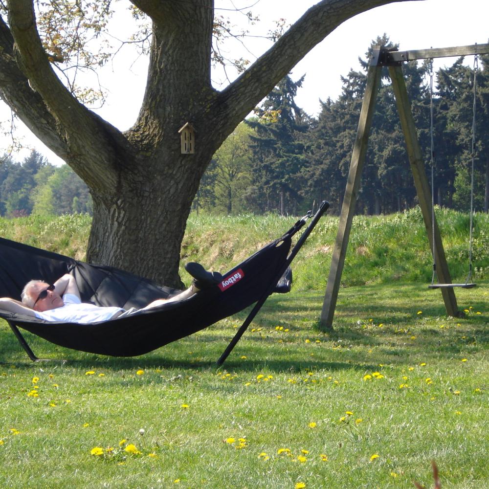 Een hangmat onder een grote boom