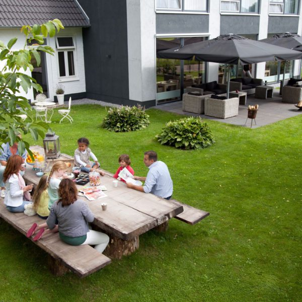 Bij De Slaapfabriek zit een ruime tuin met picknickbanken en loungestoelen.