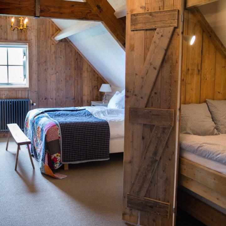 De familiekamer is een grote kamer, zeer geschikt voor een gezin met kinderen.