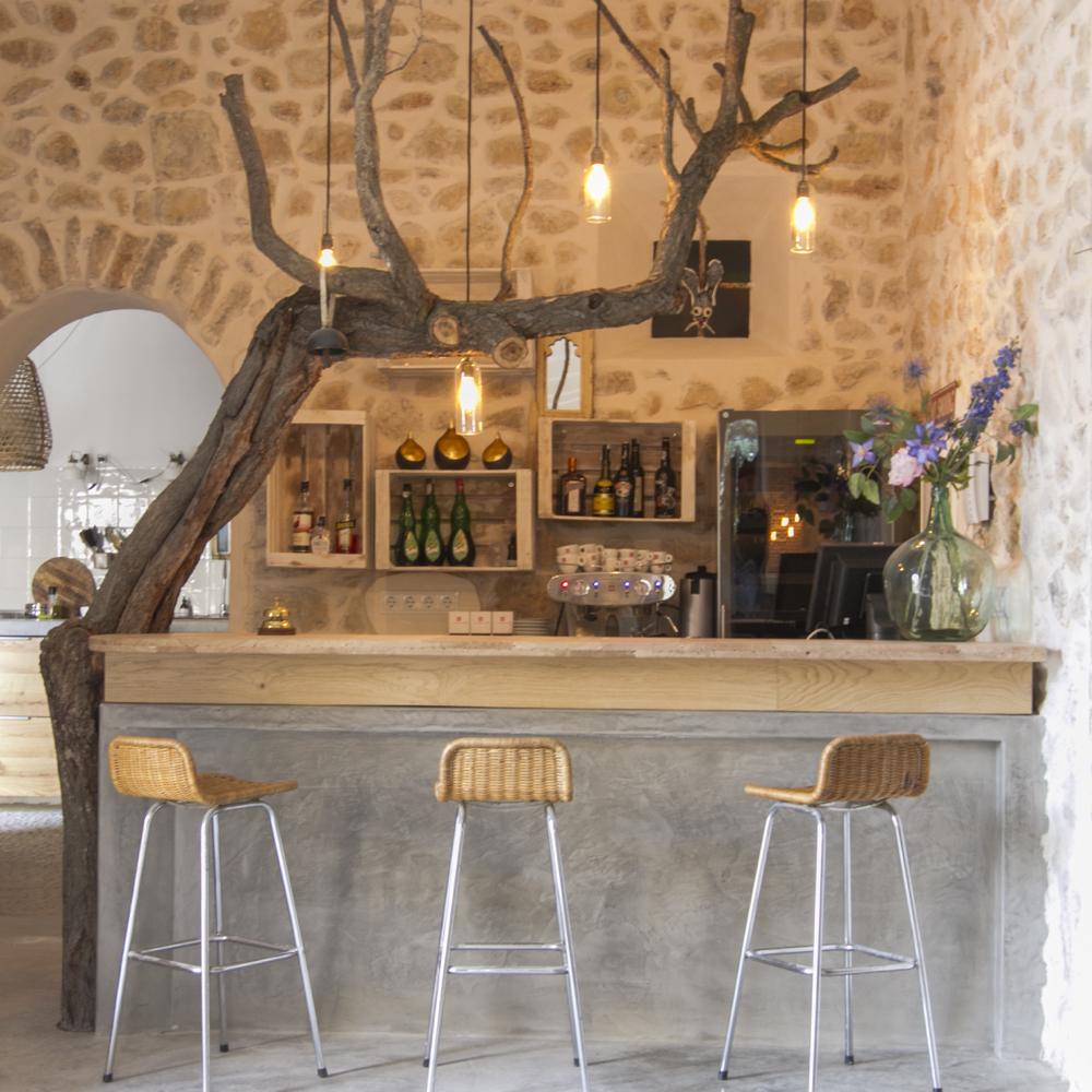 De eetkamer met open keuken en gezellige grote eettafel.
