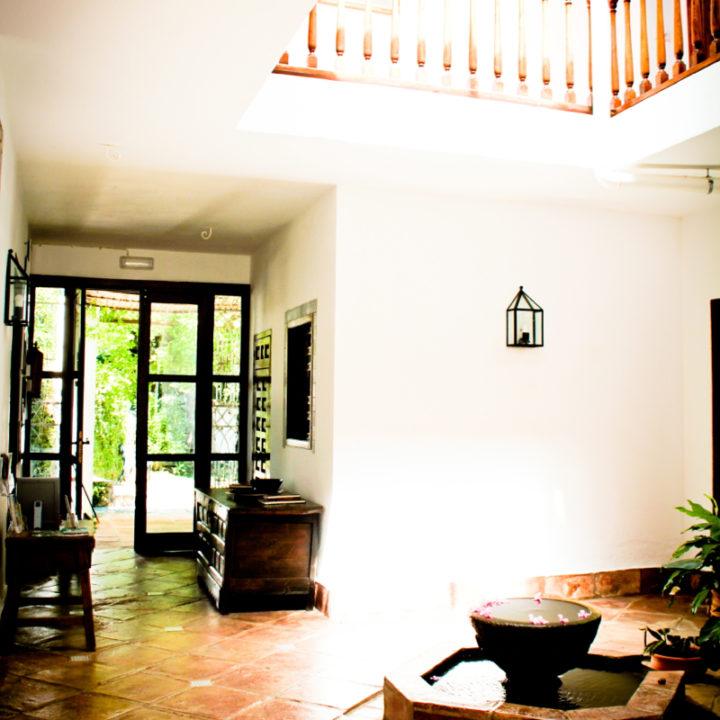 De patio van Hotel El Molino. De zes kamers liggen rondom de patio.
