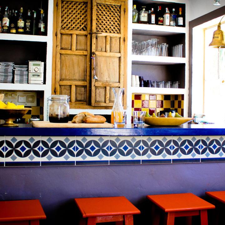 Badhuis El Molino waar op koele dagen het ontbijt geserveerd wordt.
