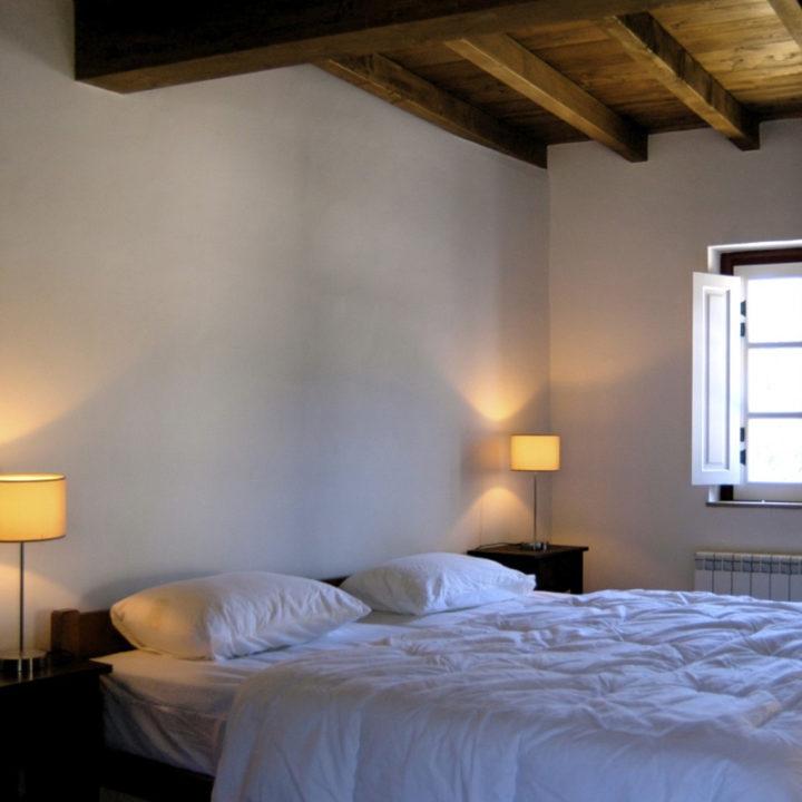 Casas das Rosas bestaat uit een zitkamer met eetgedeelte, een keuken en een slaapkamer met aangrenzende badkamer en is geschikt voor maximaal 2 gasten.