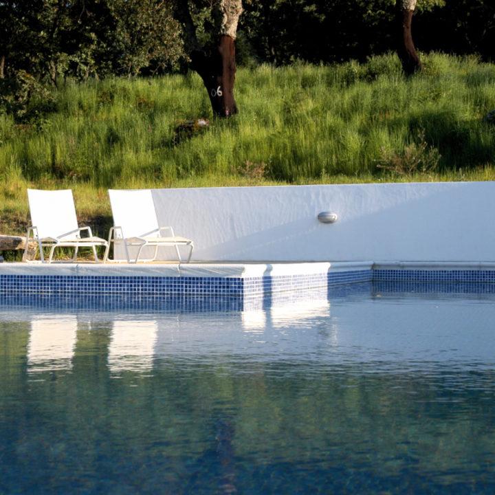 De andere twee huizen delen een groot zwembad