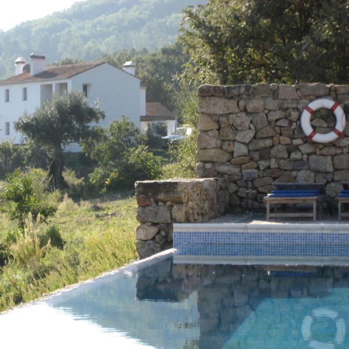 Casa das Pedras heeft een eigen zwembad