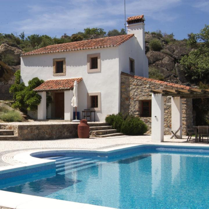 Het vrijstaande huis met groot terras, zwembad en een prachtig uitzicht over de heuvels