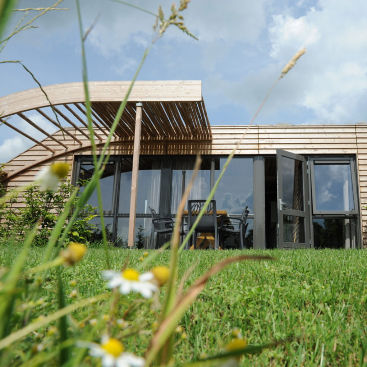 Alle grondulows zijn gebouwd van natuurlijke materialen en hebben een echt boomstammendak!