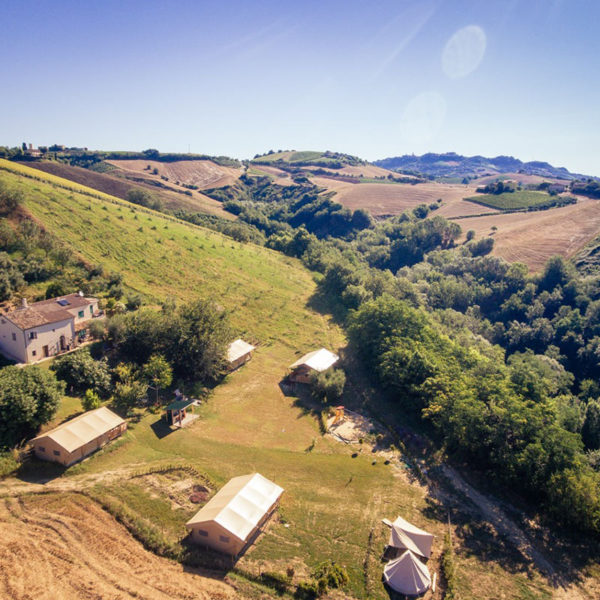 De fantastische ligging van Fortuna Verde, safaritenten vanuit de lucht.