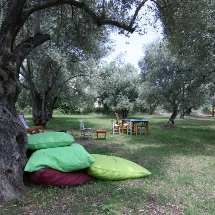 De olijfgaard is een paradijs met talloze heerlijke zitjes.