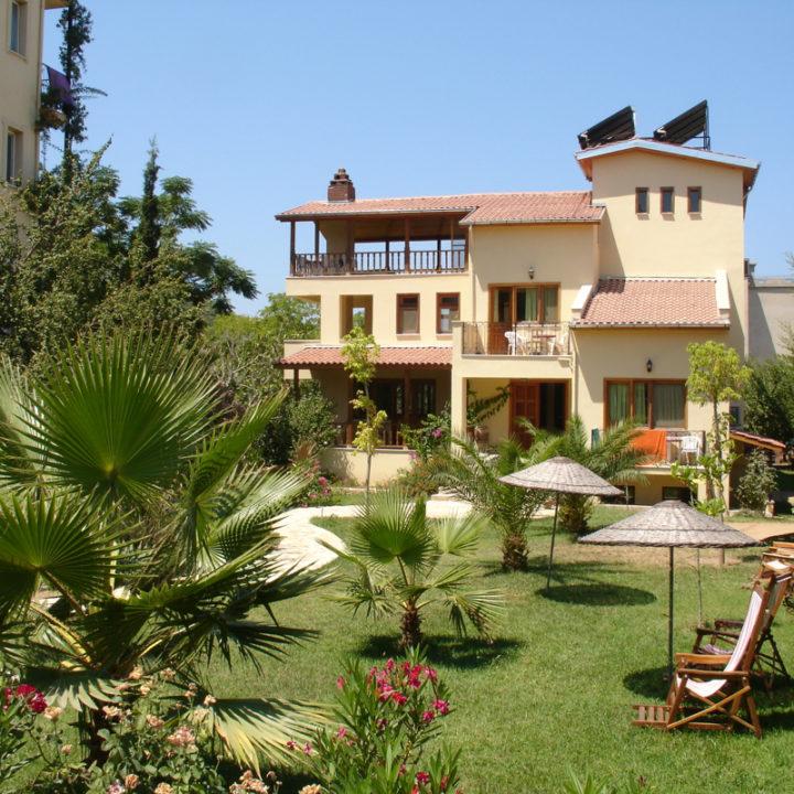 De villa heeft 8 kamers allemaal met dezelfde voorzieningen als het pension, airco etc. De tuinen van het pension en de villa lopen in elkaar over.
