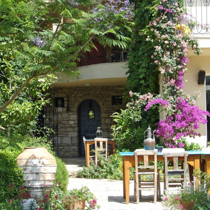 Het ontbijt wordt in de tuin of op het terras geserveerd. Ook voor het diner kan je aanschuiven, een absolute aanrader.
