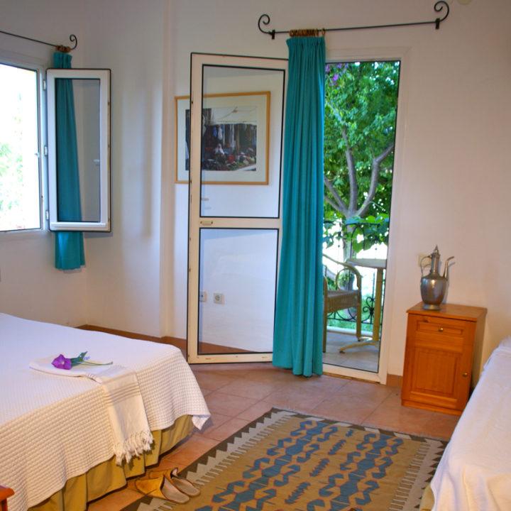Alle kamers hebben een balkon, airconditioning en eigen badkamer.