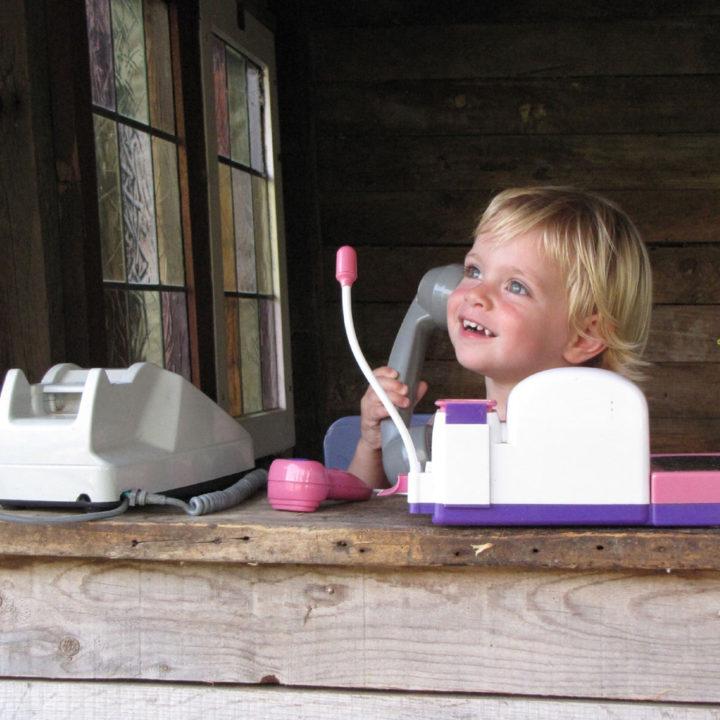Een speelhuisje, schommels en leuke speelschuur voor de kinderen.