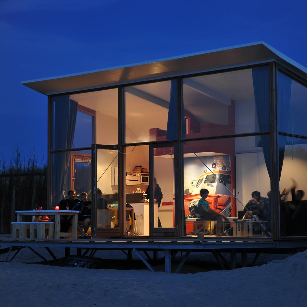 Strandhuisjes met grote glazen gevel op het strand van Groede