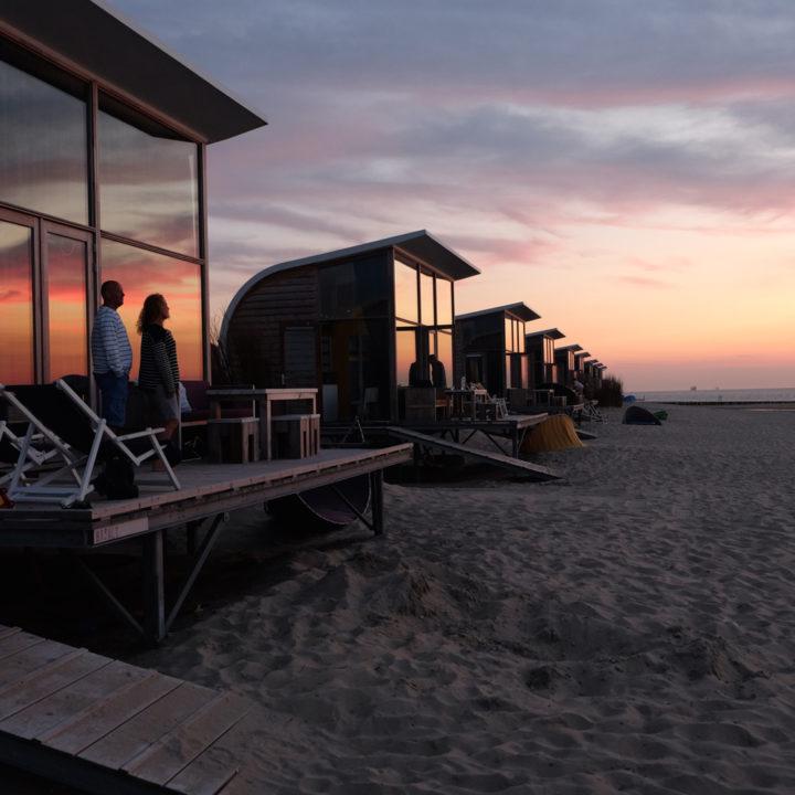 Unieke strandhuisjes op het strand van Groede in Zeeland.