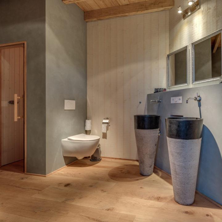 Badkamer met stenen wastafels en privé sauna
