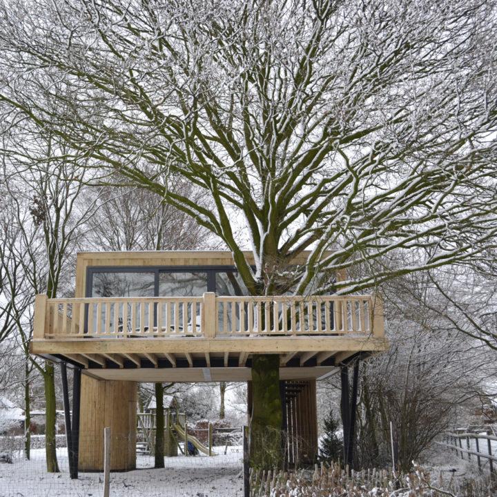 Luxe boomhut in de sneeuw