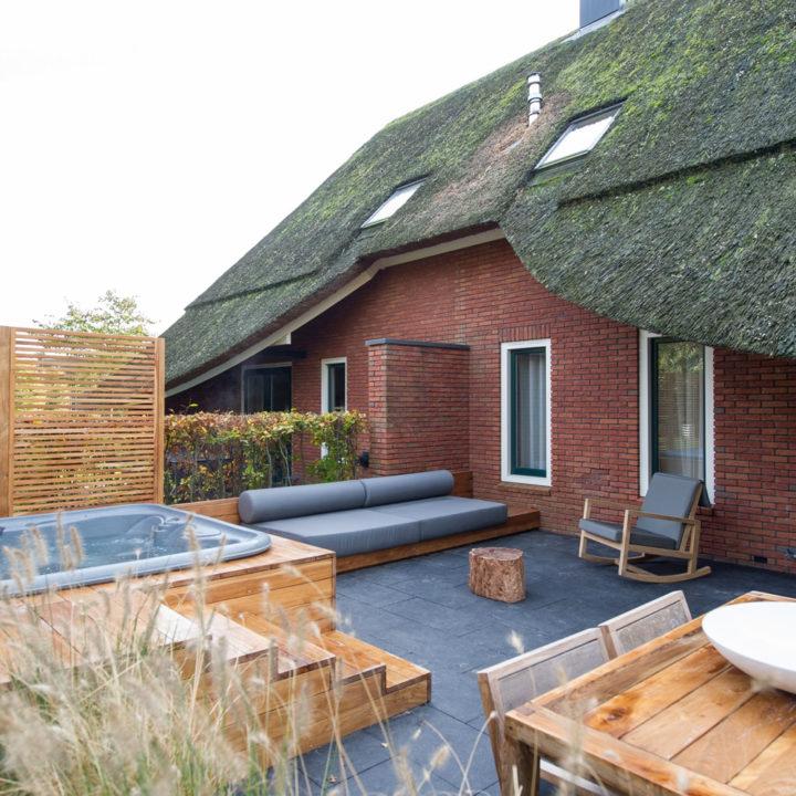 Een Finse sauna, badkamer met bubbelbad en whirlpool op het terras.