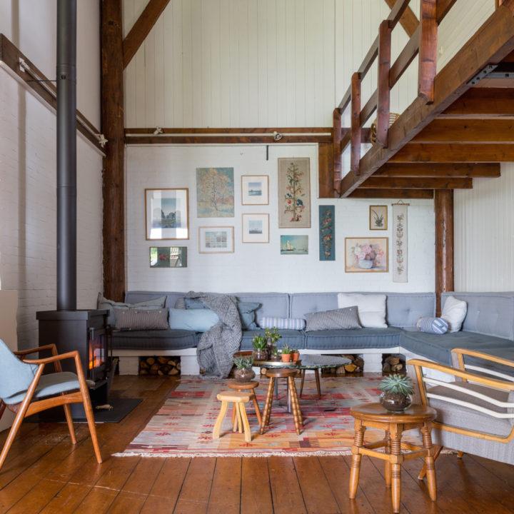 De voormalige deel is sfeervol ingericht tot een gezellige woon- en leefruimte. Foto: Hans Mossel