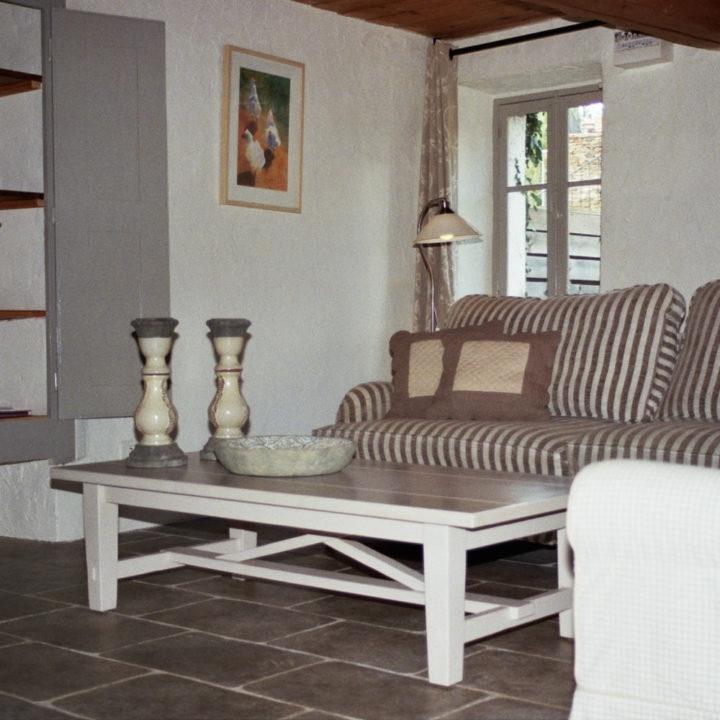 Het huisje is ingericht in een landelijke stoere stijl.