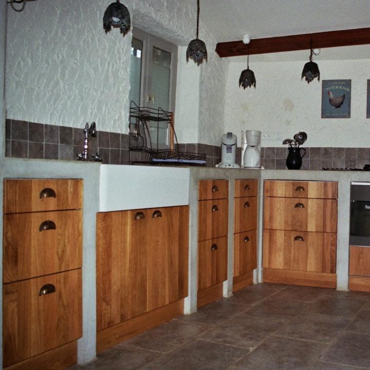 Dikke muren, houten balken en een stenen trap geven het huis die echte sfeer van een boerenhoeve.