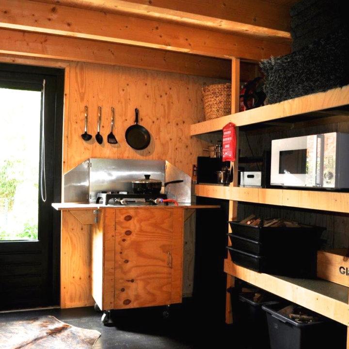 In de bijkeuken kun je op gas koken.