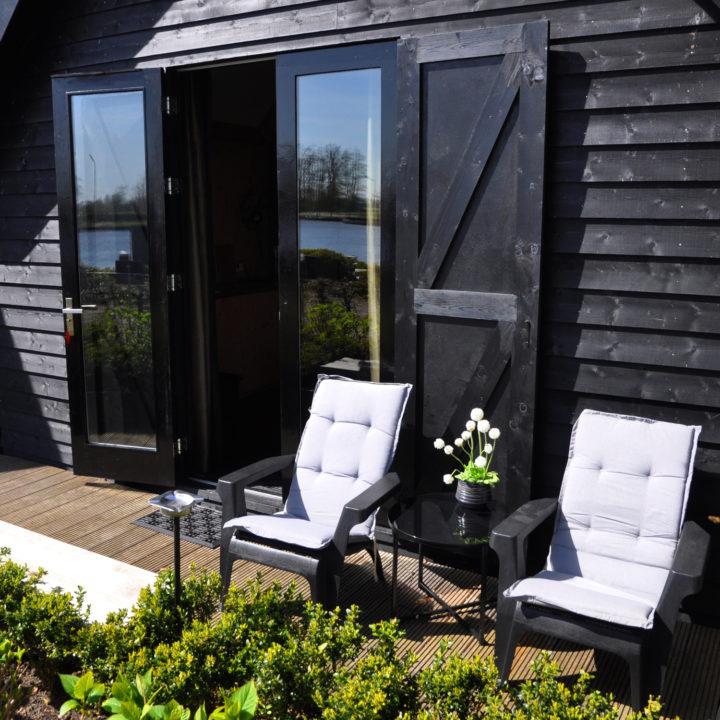 Voor het huis of op een terras aan het water lekker buiten zitten.