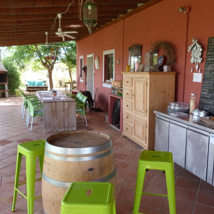 De veranda is de ontmoetingsplek voor de gasten.