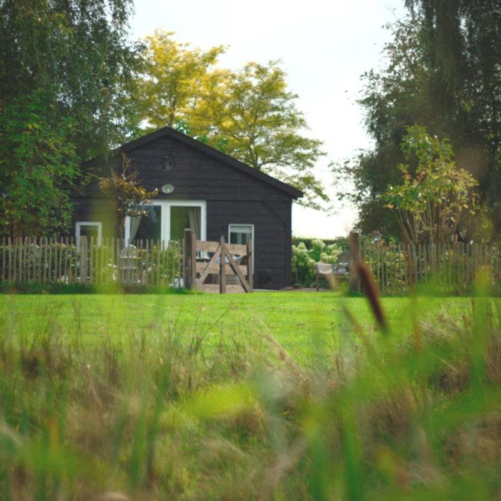 Houten vakantiehuisje in het groen
