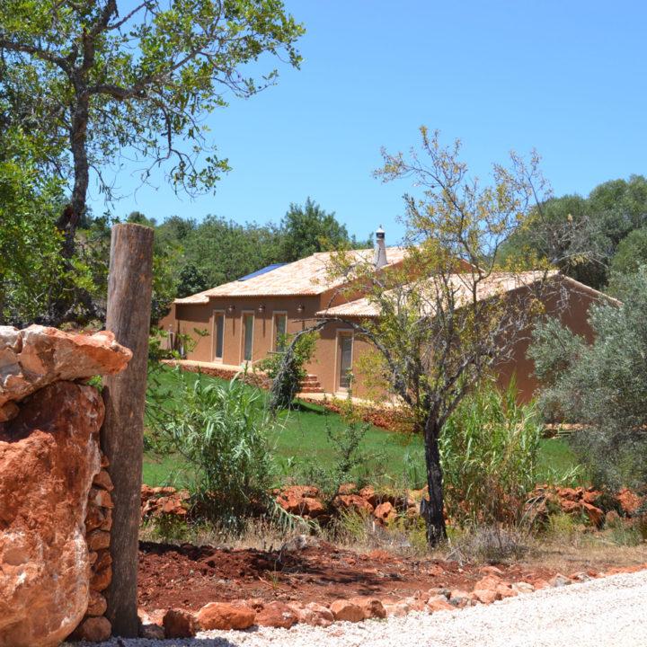 Een groot vakantiehuis in een ruimte tuin met sinaasappelbomen, vijgenbomen, olijfbomen.