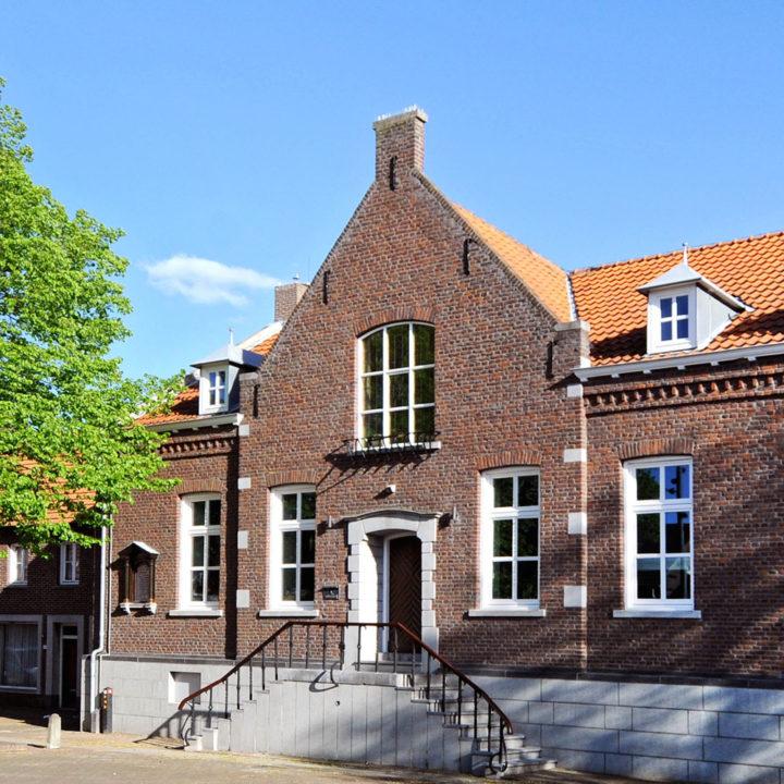 De gevel van het voormalige gemeentehuis, tegenwoordig een design B&B