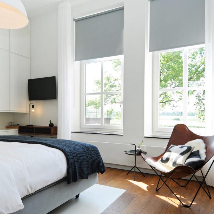 Lichte en stijlvolle slaapkamer, de 2-persoons Bodekamer in design B&B het Raadhuys