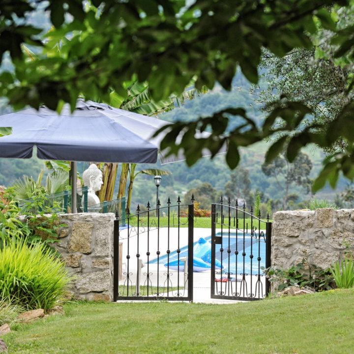 Het luxe en heerlijk verwarmde zwembad met uitzicht over de vallei, bij Casa Fontelheira