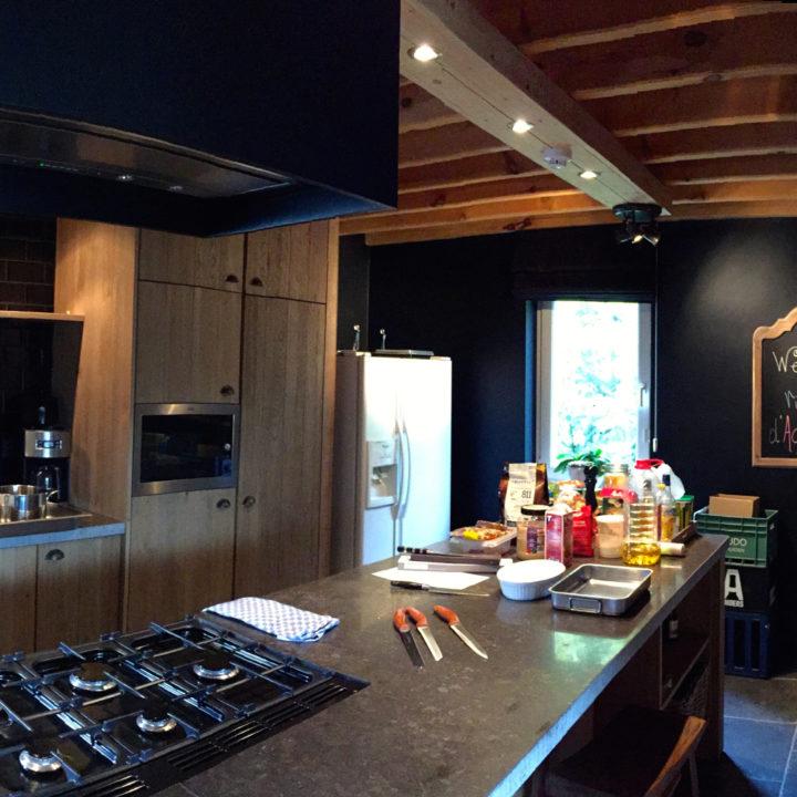 De keuken is modern en van alle gemakken voorzien.