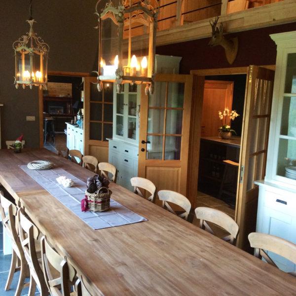 De gezellige eettafel nodigt uit tot lang tafelen.