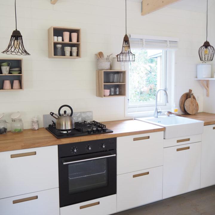Keuken met afwasmachine, Nespresso, oven.
