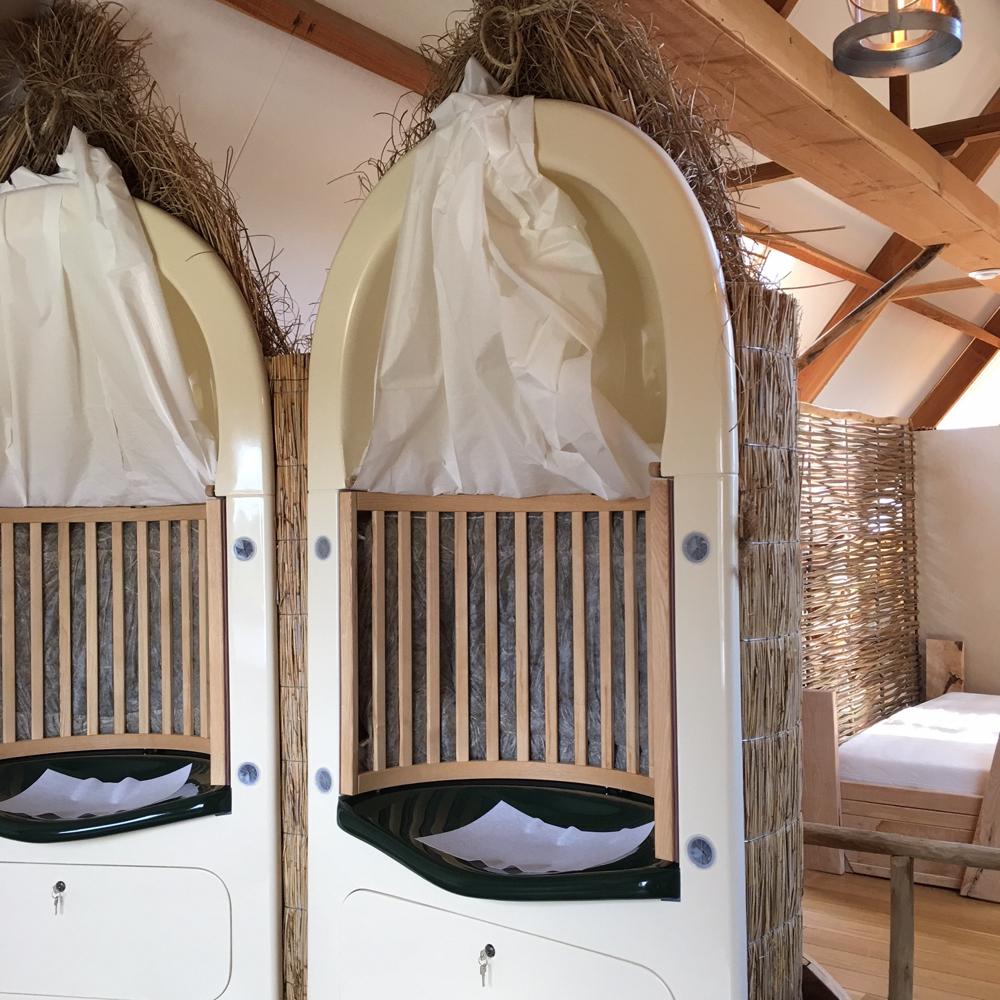Twee cabines waarin je gaat stomen met de geur van hooi om je heen