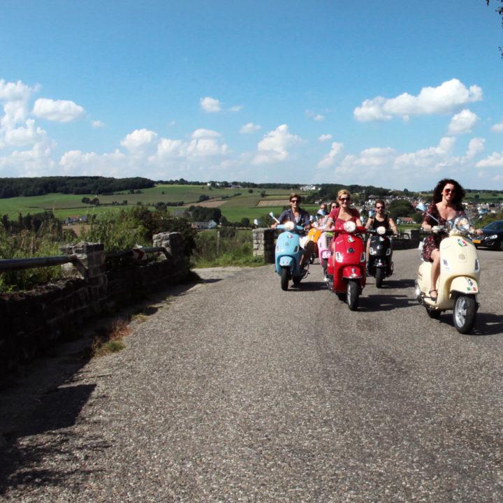 Een leuke activiteit: met een Vespa touren door het Limburgse Heuvelland