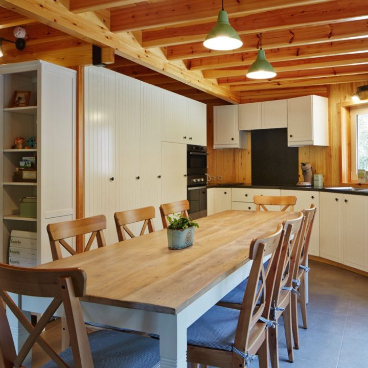 De keuken is volledig ingericht inclusief vaatwasser en oven.