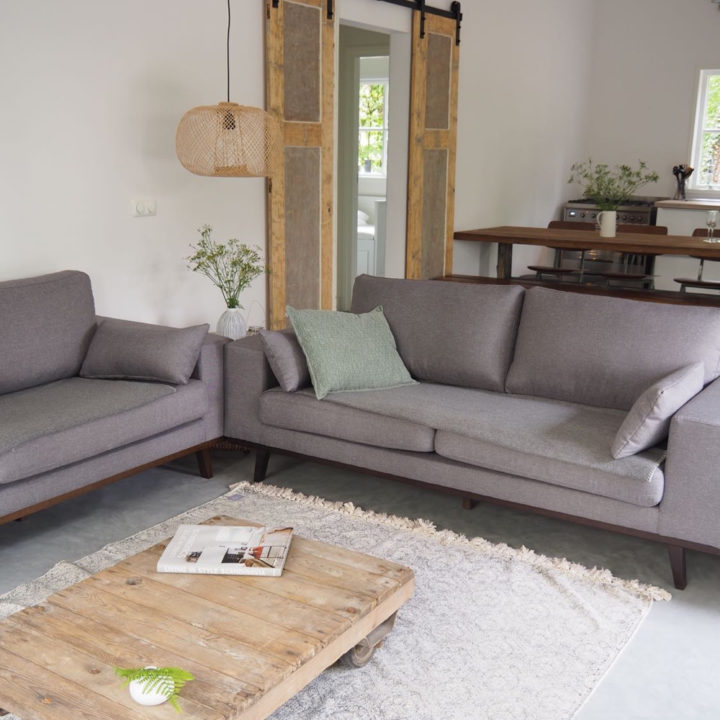 Zithoek met stoere salontafel en wit vloerkleed
