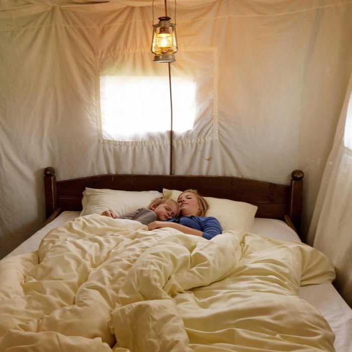 Een comfortabel tweepersoons bed in de BoerenBed Tent