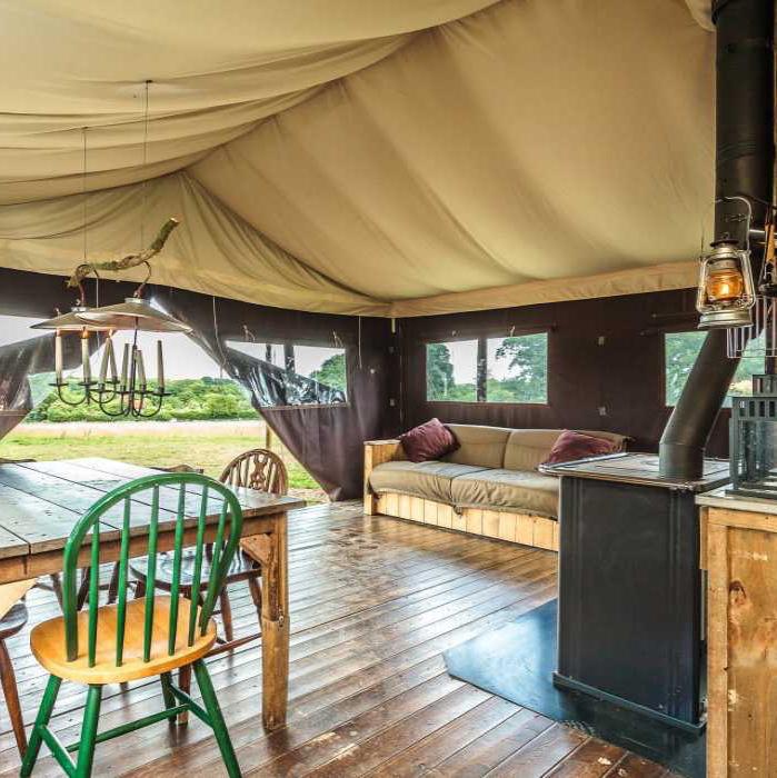 De BoerenBed Tent heeft een basic interieur met houtkachel.